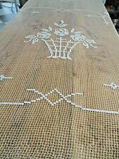 Linge ancien Dessus de lit en filet surbrodé motifs de fleurs ( 203 x 187 cms )