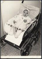 YZ3262 Neonato di tre mesi bella carrozzina - 1960 Fotografia epoca - Old photo
