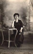 Carte Photo - Femme en noir avec une rose blanche