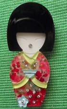 Fièvre de la qualité lucite art déco Geisha Kokeshi LADY broche pin en qualité boîte (D)