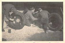 Soldaten beim Reifen wechsel am PaK - Geschütz