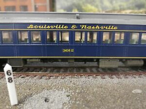 Walthers HO Heavyweight Paired Window Coach Louisville & Nashville