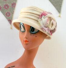 Chapeau blanc à grosse fleur