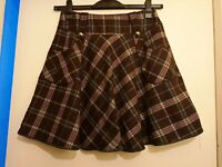 Ladies brown/green checked short skirt with 2 front pockets size large (Chinese)