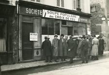 Paris, File d'attente devant la Soupe Populaire des Croix de Feu  Vintage s