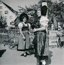 VADUZ c. 1960 - Femmes Costumes Traditionnels Grand Duché Lichtenstein -Div 5577