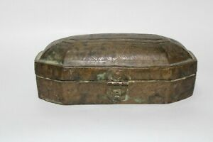 Early 18th C brass/bronze box to keep precious things all over carving