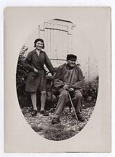 PHOTO ANCIENNE Portrait Vieil Homme Assis Femme Sabot Ferme Canne Vers 1920-30