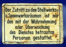 Gemaltes Blech-Hinweisschild von einer Stellwerkstür aus der Kriegszeit