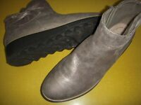 Clarks Collection Sharon Salon Suede Ankle Boots w/Bow Women's 9.5 M Pewter 9.5M