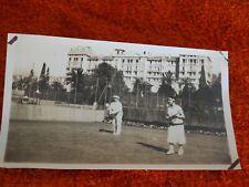 ancienne photo noir et blanc - jeune femmes joue au tennis