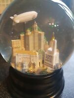 Saks Fifth Avenue New York skyline Snow Globe & musical! FREE P&P!
