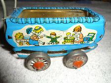 Antikes Blechspielzeug, alter kleiner Puppenwagen mit Gebrauchsspuren