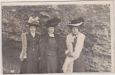 PHOTO ANCIENNE CARTE POSTALE PORTRAIT DE 3 FEMMES/CHAPEAUX/FOURRURE