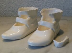 2 alte weiße Schuhe Modellschuhe Miniatur Keramik Feinsteingut old pottery shoes