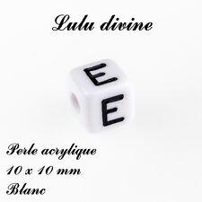 Perle acrylique alphabétique de 10 x 10 mm, Blanc : Lettre E (Lot de 10 perles)