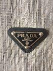 Logopatch Button Prada Dreieck schwarz Leder Metall Logo weiß grau für Taschen
