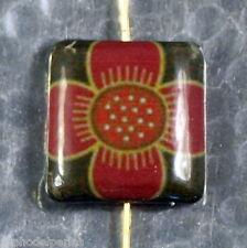 Decoupage bead carrée fleur japonaise rouge sur vert 2 cm