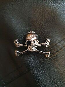 Biker Gothic Punk Skull And Crossbones Chrome effect Pin Badge New on card
