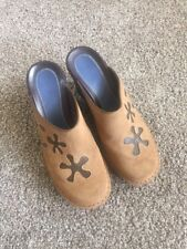 INDIGO by Clarks  Womens 7.5 M Flower Applique Suede Slip on Mules Clogs Tan