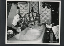 JUDY HOLLIDAY IN A BATHTUB - 1954 CANDID ON SET BETWEEN TAKES - CHEESECAKE