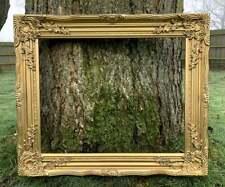 Beau cadre orné de bois doré et de rococo de plâtre.