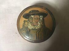 Caja de madera antigua Bretaña dinar Facetado Decorado, hombre barbudo sosteniendo un vaso