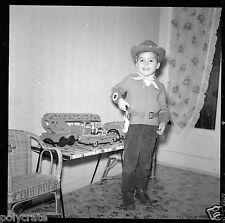 Portrait petit garçon déguisement cow-boy jouets Négatif photo ancien an 1950-60