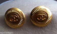 """AUTHENTIQUE PAIRE DE BOUCLES D'OREILLES CLIPS """" LOGO """"signées CHANEL vintage"""