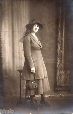 BD786 Carte Photo card RPPC Femme mode fashion chapeau sac a main robe vers 1920
