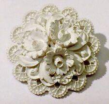 broche bijou vintage rosace en relief motif floral résine blanche de qualité 652