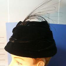 Joli Chapeau velours noir à  plumes 1950…