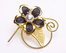 GOLD METAL PIN BROOCH WITH BLACK PETAL AND PEARLY BLOSSOM FLOWER FEATURE (ZX44)