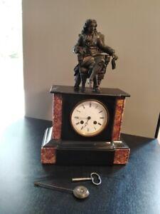 pendule borne Napoléon III à l'homme assis avec clé et balancier