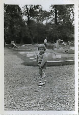 PHOTO ANCIENNE - VINTAGE SNAPSHOT - ENFANT MINI GOLF MODE DRÔLE - CHILD PLAYING