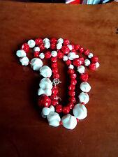 Inusual década de 1930 Freeform rojo y blanco cristal graduado Perla Collar
