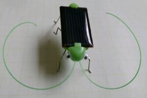 SolarEnergie Elektro Vibration Motor Toy Spielzeug Heuschrecke Cricket Cockroach