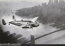 POSTER : PHOTO : HOWARD HUGHES FLIES HIS PLANE OVER BROOKLYN    #FPO607    RW9 i