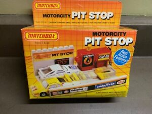 1995 Matchbox Motorcity Pit Stop Real Action Play Set Mint