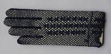 Une paire de gants de cérémonie en filet bleu
