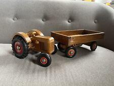 alter kleiner Spielzeugtraktor mit Anhänger Spielzeug Holz Traktor