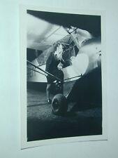 SNAPSHOT AVIATION FEMME montant dans un AVION  photographie d'époque