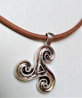 Colgante trisquel con cordon de cuero marron 65 cm de largo