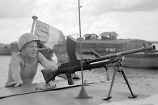 Militaria - Indochine - FM Bren en batterie sur un LCM de la Dinassau 8