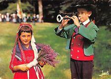 BR54383 Folklore de Bretagne fillette et sonneur en costume de la Baule c france