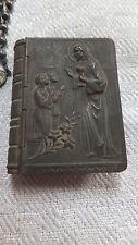 Viejos lata de metal en forma de libro Cristo comunión con rosario de metal Alpacca