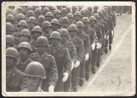 YZ3289 Un Plotone di soldati con elmetto in marcia - 1950 Fotografia d'epoca