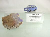 Originalstück der Berliner Mauer mit Modellauto Trabant (1:87)