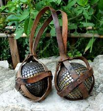 paire de boules cloutées de Lyon avec monogramme décor clous en laiton