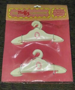 MUFFY VANDERBEAR 4 HANGERS FOR MUFFY'S OUTFITS-MINT IN SEALED PACKAGE-RARE-HTF
